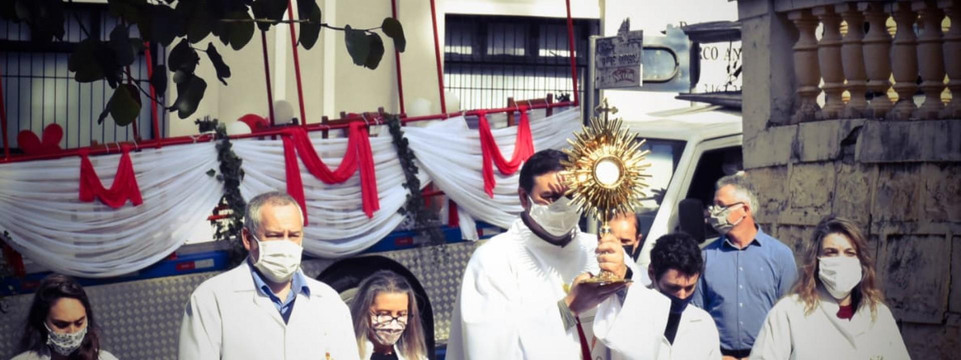 santissimo-sacramento-vai-ao-encontro-do-povo-no-dia-de-corpus-christi_10_3549.jpg