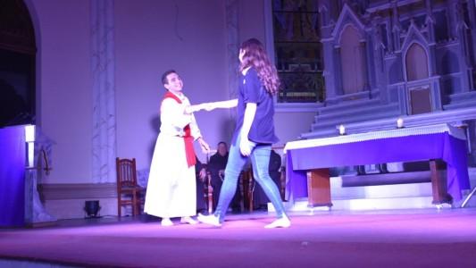 jovens-iluminam-a-igreja-na-noite-da-juventude-da-semana-santa_10_684.jpg